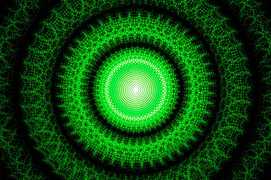 Difrakční obrazec vzniklý osvětlením destičky se 48otvory světlem laseru.