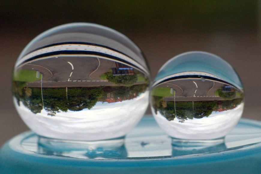 Zobrazování čočkou, tentokrát vpodobě průhledné koule.