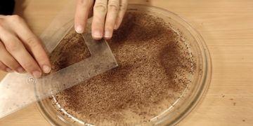 K domácímu změření rychlosti světla vám stačí mikrovlnka, nastrouhaná čokoláda a pravítko.