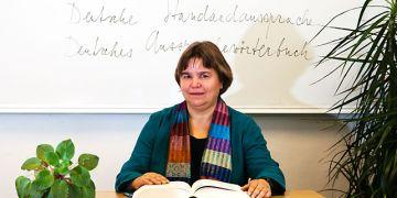 Odbornice na fonetiku a fonologii němčiny, profesorka Ursula Hirschfeldová, přednášela studentům na pedagogické fakultě o zvláštnostech německého slovního přízvuku a metodách při výuce německé výslovnosti. Foto: Tomáš Muška.