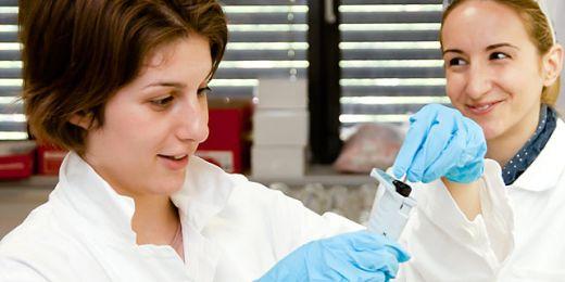 Studentky srbské Univerzity v Novém Sadu na Letní škole environmentální chemie a ekotoxikologie chystají vzorky na analýzu. Foto: RECETOX.