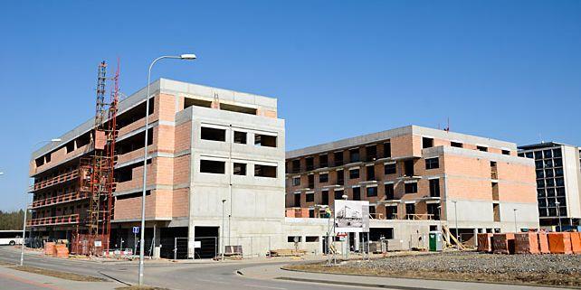 Od příštího semestru bude možné bydlet v bezprostřední blízkosti kampusu v takzvané Campus Residental Area, která se staví v těsné blízkosti fakulty sportovních studií. Foto: David Povolný.