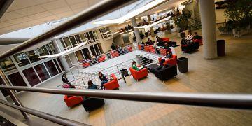 Foyer na ekonomicko-správní fakultě oživila hravá kombinace červené a černé. Přibylo nové osvětlení a mezipatra s prostorem na odpočinek i studium. Knihovna se modernizovala a rozšířila i přes bývalou prodejnu skript.