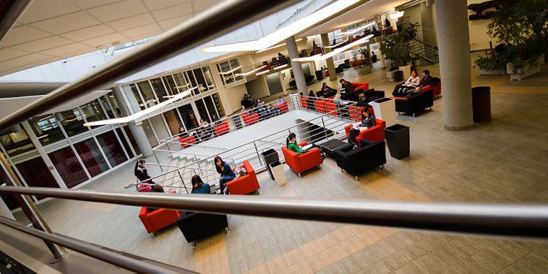 Atrium Ekonomicko-správní fakulty MU.