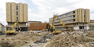 Demolice čelní budovy fakulty informatiky začala v srpnu. Původní vstupní křídlo nahradí pětipatrová budova A1, ve které budou umístěné posluchárny, učebny, laboratoře, kanceláře, knihovna a moderní datové centrum. Foto: David Povolný.