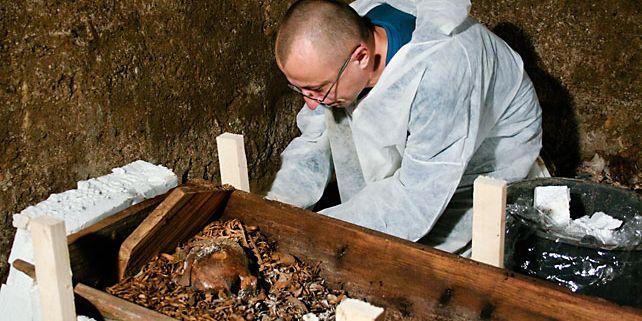 Doktorand z Filozofické fakulty MU, Jan Zůbek, měl na starosti archeologické práce u kostela svatého Jakuba, kde se našla druhá největší kostnice v Evropě. Foto: Archiv A. Zůbka.