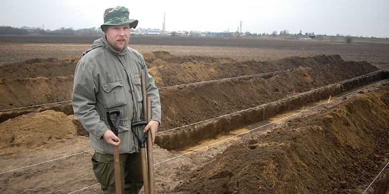 Petr Dresler z Ústavu archeologie a muzeologie FF MU našel první z paleolitických artefaktů ve dvoře fakulty. Foto: Archiv P. Dreslera.