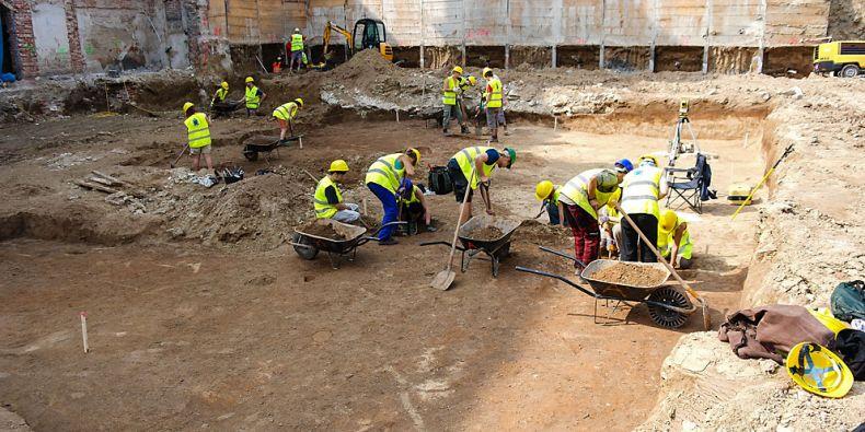 I na filozofické fakultě, kde se akce koná, se před pár lety dělaly archeologické vykopávky.