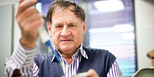 Profesor Josef Havel z Přírodovědecké fakulty MU je odborník na využití umělých neuronových sítí při zpracování chemických dat.