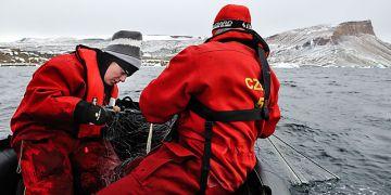 Šárka Mašová (vlevo) sice chytala v Antarktidě ryby, zajímali ji ale hlavně jejich paraziti. Foto: Jitka Míková.