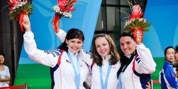 Zuzana Šostková  (vlevo) vystřílela  medaili spolu sAdélou Sýkorovou (uprostřed)  aKlárou Bartošovou.  Foto: Archiv Z. Šostkové.