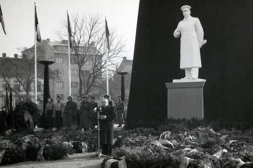 Na Moravském náměstí, kde je dnes socha rudoarmějce, stával sádrový Stalin.