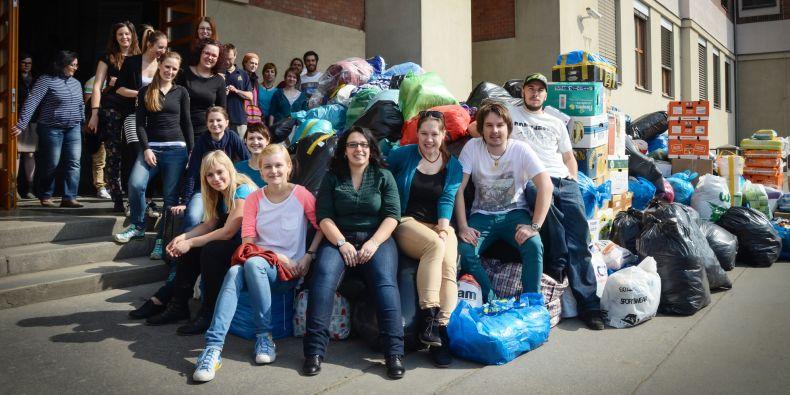 Humanitární pomoc na chodníku před pedagogickou fakultou na Poříčí 31.