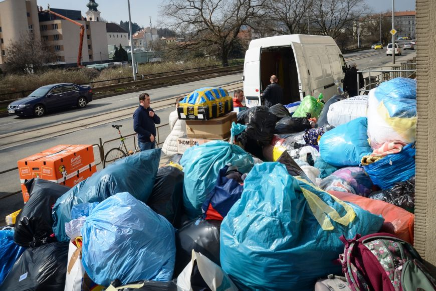 Nakládání do dodávky, kterou se věci postupně převáží ke kamionu, jenž vyrazí na Ukrajinu.