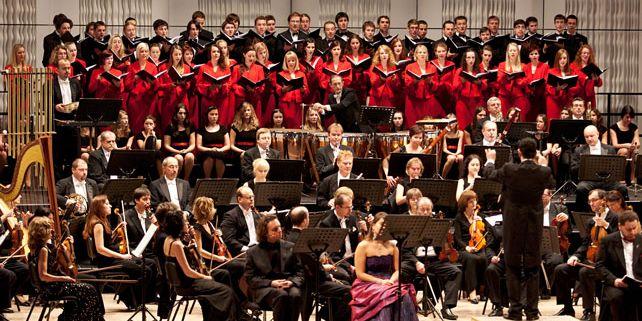 Pěvecý sbor MU ve zlínském Kongresovém centru s Filharmonií B. Martinů (22.12.2011). Foto: www.sbormuni.com