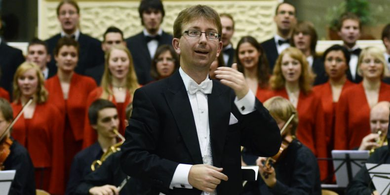 Sbormistr Michal Vajda a Pěvecký sbor MU.