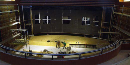 V kině se právě odehrává rekonstrukce, předělává se například pódium nebo sedačky.
