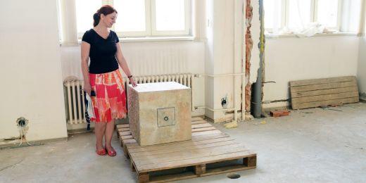 Tajemnice fakulty Blanka Přikrylová ukazuje kámen, s jehož otevřením se čeká na památkáře.