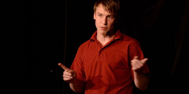 Účastník prvního Science slamu Petr Sucháček mluvil o tom, jaké faktory rozhodují o dosaženém vzdělání.