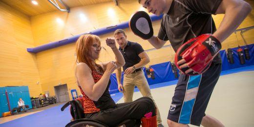 Martin Bugala z fakulty sportovních studií (uprostřed) vede na univerzitě kurzsebeobrany pro vozíčkáře.
