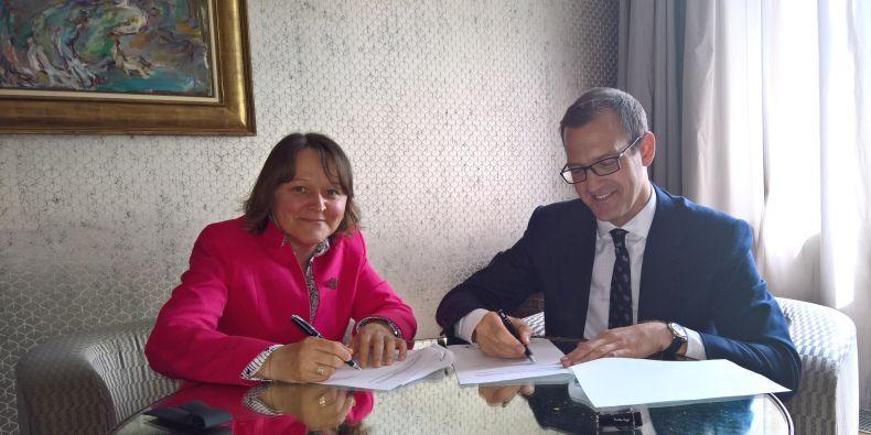Děkanka Markéta Selucká a podnikatel Daniel Křetínský. Magisterské studium v oboru Právo absolvoval na Právnické fakultě MU v roce 1998.