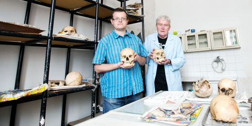 Antropologové Robin Pěnička a Josef Unger s kosterními nálezy z křenovické šibenice.