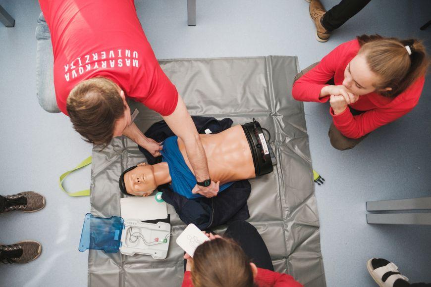 Ukázka simulátoru pro nácvik avyhodnocování kvality základní neodkladné resuscitace, včetně trenažéru pro automatickou externí defibrilaci.