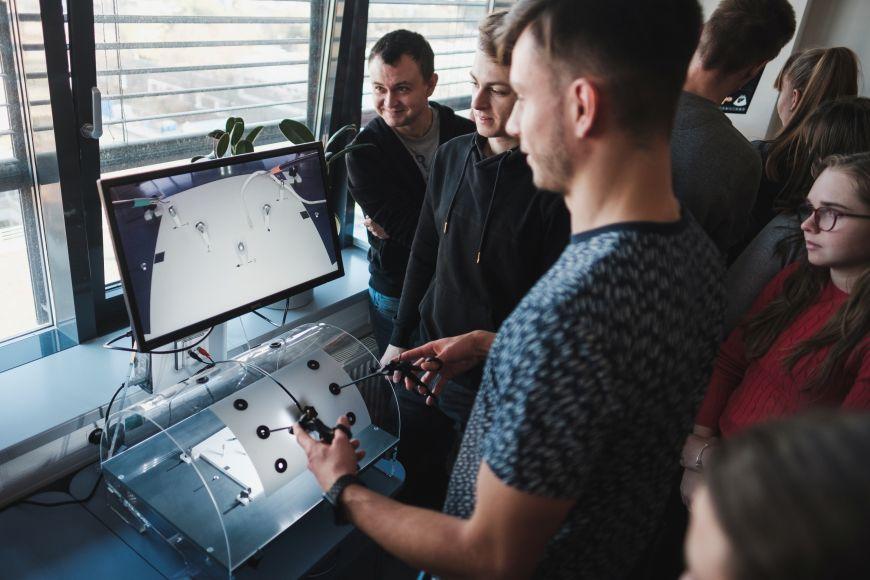 Na dní otevřených dveří Lékařské fakulty MU si budoucí studenti vyzkoušeli simulátor pro nácvik ovládání laparoskopických nástrojů adalších dovedností nutných klaparoskopické operativě.