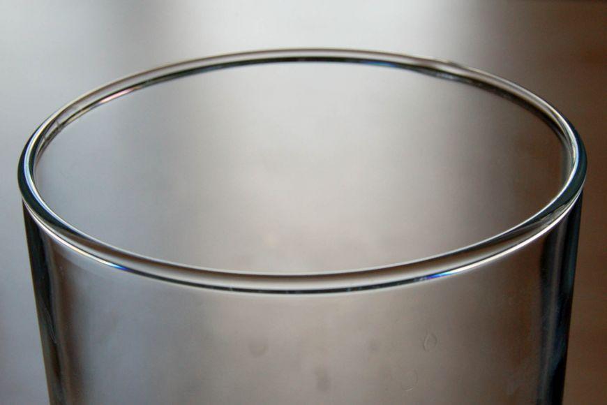 Zaoblený okraj sklenice vznikne způvodního ostrého jen tím, že jej nahřejeme. Povrchové napětí skla jej pak samo zaoblí.