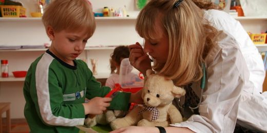 Děti si samy vyzkouší lékařskou prohlídku na velkém medvědovi a pak vymyslí chorobu svému zvířátku, které nechají ošetřit. Foto: Martina Hromádková.