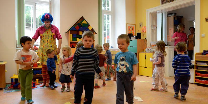 První den přivítal děti ve fakultní školce klaun a spousta her. Foto: David Povolný.