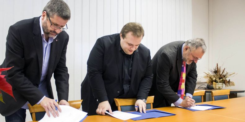 Radovan Musil ze společnosti Red Hat, Ondřej Krajíček z Y Soft a děkan Fakulty informatiky MU Jiří Zlatuška při podpisu smluv o spolupráci.