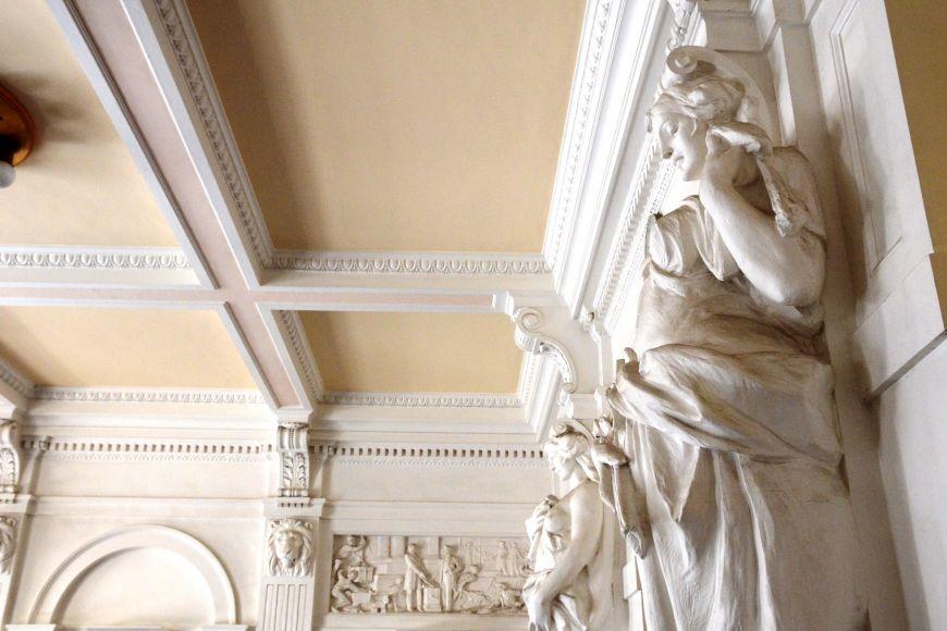 Sochy ve vstupní hale představují Teorii aPraxi.