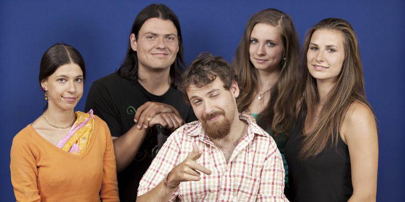 Protagonisté docu-soap pěti různých náboženství, které kamery sledovay jeden rok na jejich duchovní cestě.