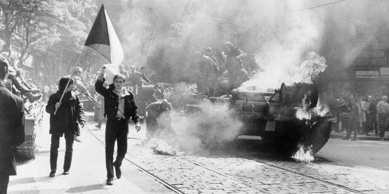 Hořící tank v ulicích Prahy v srpnu 1968.