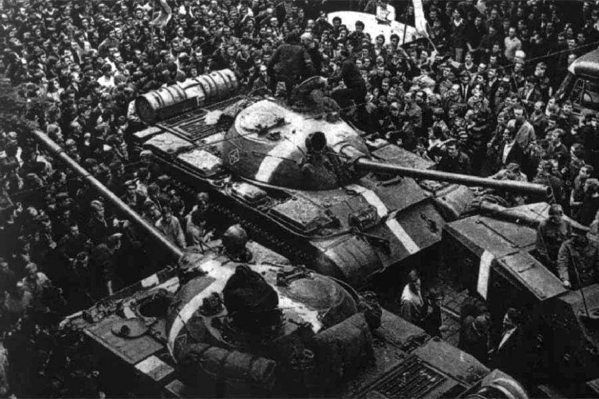 Dav obklopující sovětský tank během protestů proti okupaci vsrpnu 1968.