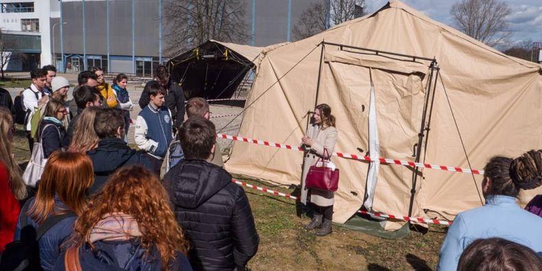 Medici z pátých a šestých ročníků se začínají zaškolovat na práci ve stanech čerstvě vybudovaných u Fakultní nemocnice Brno v Bohunicích, protože stávající odběrová místa, kde se lidé na výskyt koronaviru testují, už nestačí.