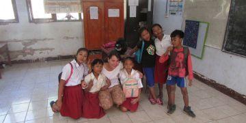 Rozdíly mezi školami byli veliké. Někde dobrovolníkům spořádaně zpívali hymnu, jinde byla škola jen betonová kostka uprostřed džungle s dětmi nakukujícími přes plot.