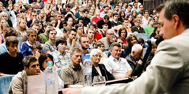 Diskusi o možnosti zrušení komunistické strany uspořádali studenti MU v rámci cyklu Masarykovy debaty. Názory pro i proti si přišlo do auly na právnické fakultě poslechnout více než 400 lidí. Foto: Archiv pořadatelů.