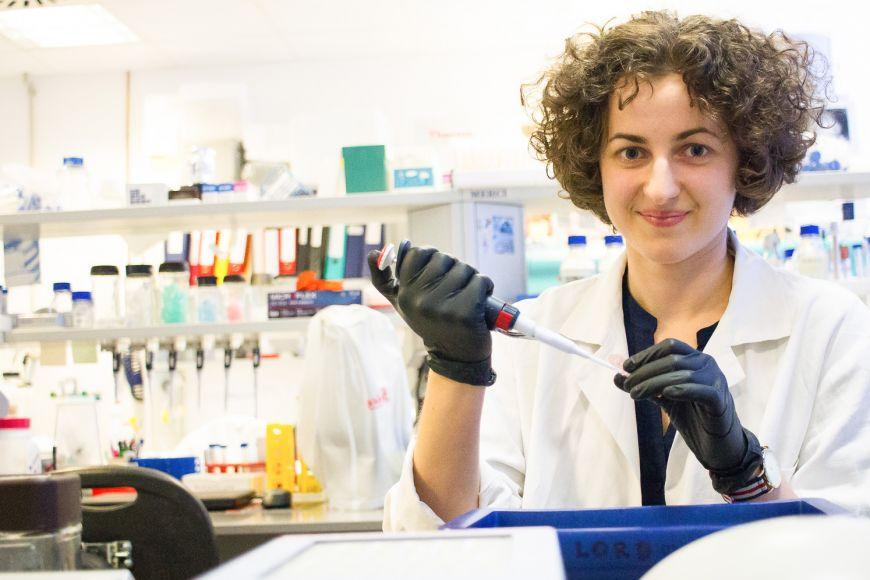 V laboratoři bohunického kampusu tráví Karina dlouhé hodiny experimentováním sjednotlivými bílkovinami.