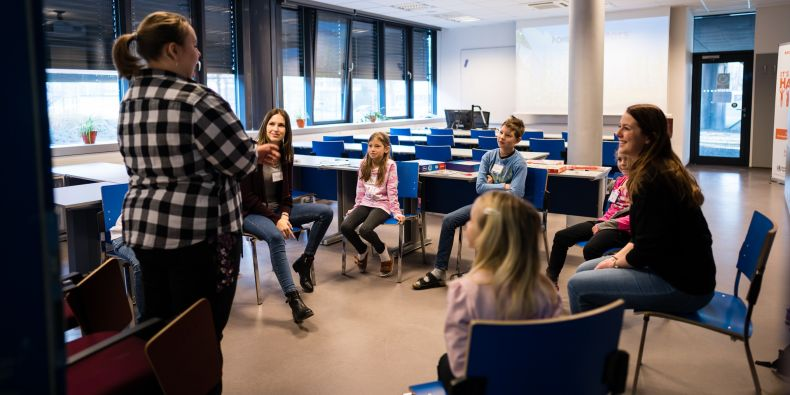 Fotka z prvního dne hlídání v kampusu, kdy ještě nebyly k dispozici ochranné roušky. Pavlína Malíková je zcela vpravo.
