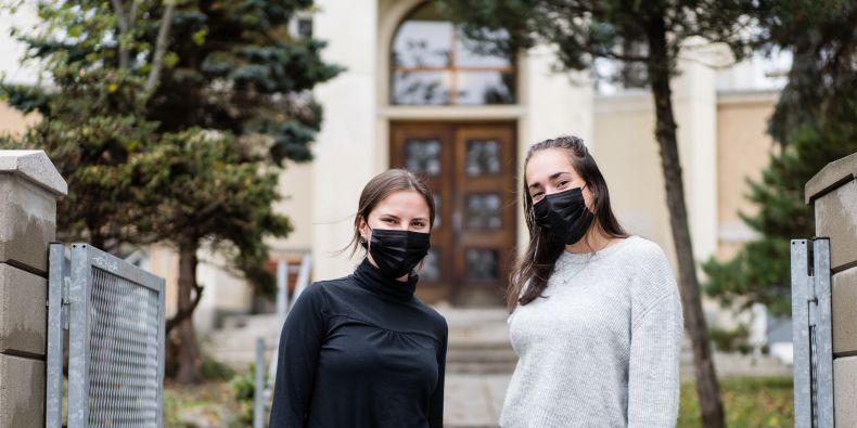 Helena Rozporková a Karolína Vernerová bojují proti špatné náladě básněmi.