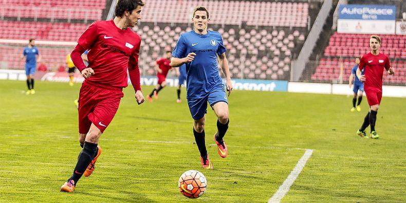 Zdeněk Šturma (uprostřed v modrém), střelec jediného gólu Masaryčky na zápasu s VUT.