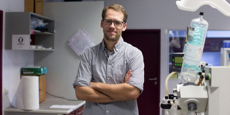 I když studium učitelství dokončil, mířil už mladý chemik jinam. Získal Baderovo stipendium, které mu umožnilo dělat doktorát na Harvardu.