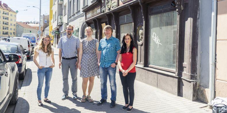 Členové přípravného týmu Symbios před domem v ulici Křenová: Tereza Modráková, Radoslav Škapa, Ester Koňařová, Bohuslav Binka a Veronika Išová.