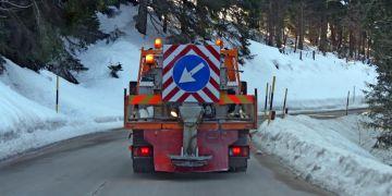 Jakmile se na vozovkách objeví led, vyrážejí sypače se zásobou soli.