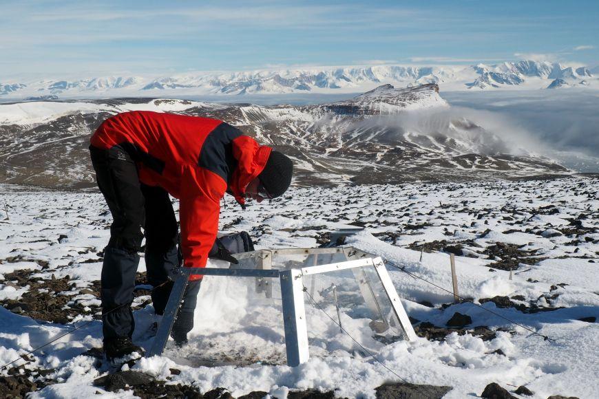 Práce vědců vterénu na ostrově Jamese Rosse vAntarktidě.