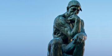 Sochu Myslitel od Augusta Rodina používá fakulta jako symbol k Světovému dni filozofie UNESCO.
