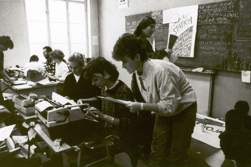 Na filozofické fakultě vzniklo tiskové středisko, kde se vyráběla revoluční hesla aplakáty.