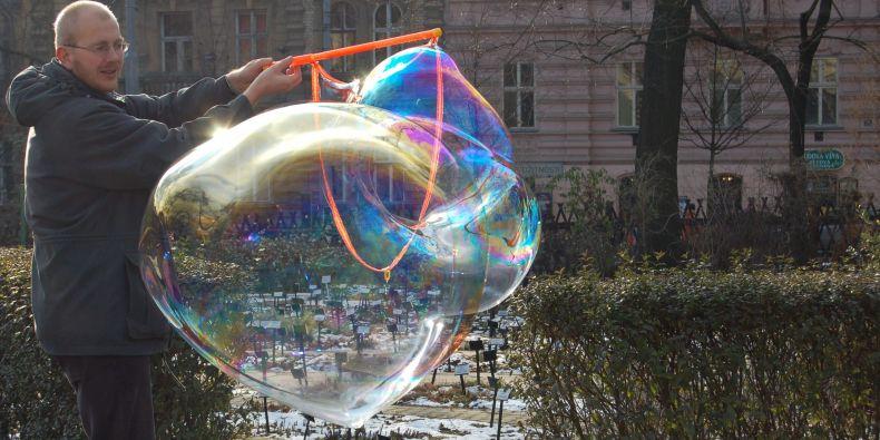 Fyzik Tomáš Tyc ukazuje, jak vzniká barevnost bublin.